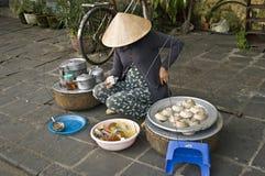 Den Vietnam gatan marknadsför ladysäljare. arkivbild