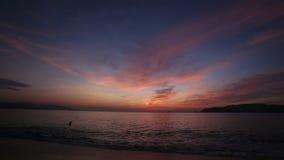 den vietnamesiska grabben bär mat mot soluppgång ovanför havet stock video