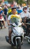 Den vietnamesiska motorcyklisten med guling blommar för Tet (mån- nytt Y Royaltyfri Fotografi
