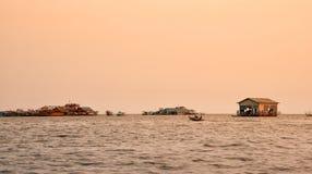 Den vietnamesiska sväva byn på sjön Tonle underminerar, Cambodja arkivbild