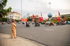 Den vietnamesiska trafikpolisen som kontrollerar mopeder, flödar arkivfoton