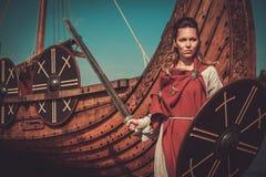Den Viking kvinnan i traditionell kläder near drakkar Arkivfoton