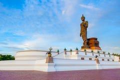 Den viktiga buddha statyn parkerar i Nakorn Pathom outskirt bangkok t Royaltyfria Bilder