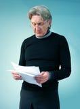 den viktiga mannen papers avläsningspensionären Royaltyfri Foto
