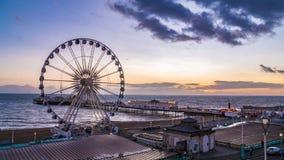 Den viktorianska Brighton Pierr och Brightonen rullar på solnedgången Arkivbilder
