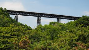 Den viktorianska smidesjärnMeldon viadukten, den avlagda järnväg linjen och delen av granitvägen, Dartmoor royaltyfri bild