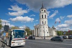 Den Vilnius staden turnerar bussen som stoppas på domkyrkafyrkanten i Vilnius, Litauen Royaltyfri Fotografi