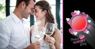 Den vinexponeringsglas och valentin för romantiska par smsar hållande Royaltyfri Bild
