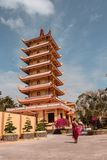 Den Vinh Trang pagoden i det Mekong deltaområdet i sydliga Vietnam royaltyfri bild