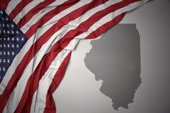 Den vinkande nationsflaggan av USA på en grå färgillinois stat kartlägger bakgrund Arkivfoto