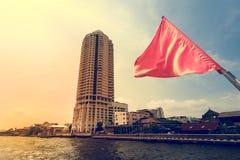 Den vinkande röda flaggan på fartyget som kryssar omkring i Bangkok Royaltyfria Foton