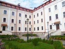 Den vinkelformiga fasaden av byggnaden Royaltyfri Bild