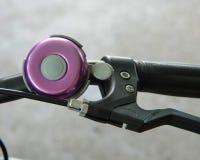 Den violetta cykelklockan arkivfoton