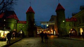 Den Viru porten i Tallinn dekorerade för jul lager videofilmer