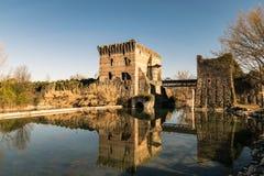 Den Visconti bron i Valeggio sul Mincio, Italien Arkivbild