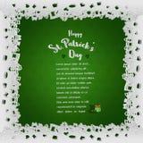 Den vit snörde åt ramen med bokstäver på grön bakgrund för dag för StPatrick ` s, skyler över brister stil för snitt ut Royaltyfri Fotografi