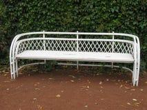 Den vita bänken i hösten parkerar Fotografering för Bildbyråer
