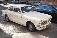 Den vita bilen B12 för Volvo amason 121 parkeras Arkivfoto