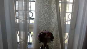 Den vita bröllopsklänningen med snör åt hängaren stock video
