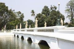Den vita bron i smäll PA-i slott på det Ayutthaya landskapet Royaltyfri Bild
