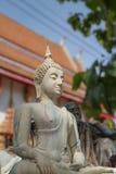 Den vita buddha för forntida sammanträde statyn Arkivbild