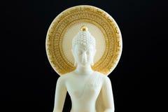 Den vita Buddha på mörk bakgrund Arkivbilder