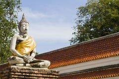 Den vita Buddha sitter i thailändskt historiskt parkerar Arkivfoton