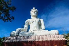 Den vita buddha statusen på bakgrund för blå himmel Arkivfoto