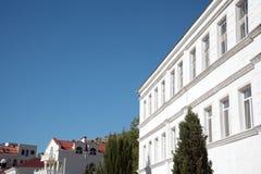 Den vita byggnaden Arkivfoto