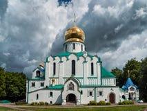 Den vita byggnaden av domkyrkan för Fedorov ` s i Tsarskoe Selo i St arkivbilder