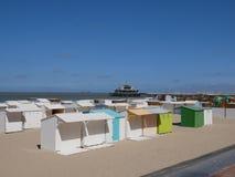 Den vita cabanas eller stranden förlägga i barack på en sandig strand Royaltyfri Fotografi