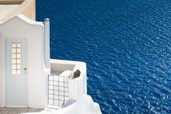 Den vita dörren och det blåa havet Royaltyfria Bilder