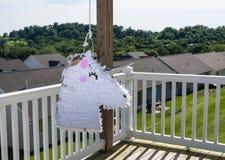 Den vita enhörningen formade pinata, når den har slagits på childspartiet royaltyfri foto