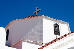 Den vita fasaden av den Panagia kyrkan av Lindos, Grekland royaltyfri foto