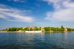 Den vita gårdfarihandlaren för skeppvandrarhemaf förtöjde på sjön Malaren, Stockholm, royaltyfri foto