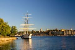 Den vita gårdfarihandlaren för skeppvandrarhemaf förtöjde på sjön Malaren, Stockholm, royaltyfri fotografi