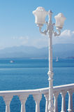 Den vita gatan figurerade lampan mot havet Royaltyfria Foton