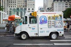 Den vita glasslastbilen och Nuts4nuts-mat cart framme av Apple Arkivfoto