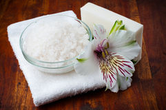 Den vita handduken som är aromatisk saltar och blommar Fotografering för Bildbyråer