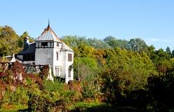 Den vita herrgården på blå himmel i Sharovka Arkivfoton