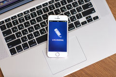 Den vita iPhonen 5s med platsen LiveJournal på skärmen ligger på royaltyfri bild