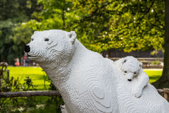 Den vita isbjörnen och behandla som ett barn i lego i den Planckendael zoo Arkivbilder