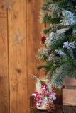 Den vita julljushållaren dekorerade med sörjer kotten och den ashberry pinnen under julgranen på trätabellen fotografering för bildbyråer