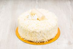 Den vita kakan på tabellen royaltyfri fotografi
