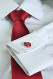 Den vita klänningskjortan med det röda bandet specificerade closeupen Royaltyfri Fotografi