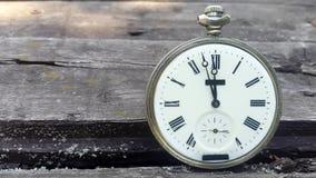 Den vita klockan på träväggshowtid förbigår midnatt Timelapse lager videofilmer