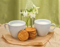 Den vita koppen med mjölkar, kakor Royaltyfri Foto