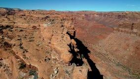 Den vita korkade kanten med rött vaggar under i dalen av gudarna i Utah arkivfilmer