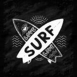 Den vita kritavektorkorsningen surfingbrädor med handen drog tecknet älskar, bor, SURFAR på svart tavlabakgrund Royaltyfri Foto