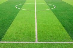 Den vita linjen markering på det konstgjorda fotbollfältet för grönt gräs arkivfoton